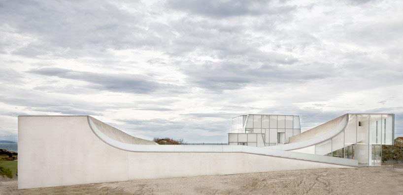 steven holl completes surf museum in biarritz news building design. Black Bedroom Furniture Sets. Home Design Ideas